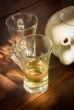 Pote del té con el vidrio, aún vida. Foto de archivo