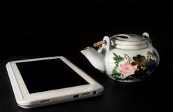 Pote del té con la tableta del ordenador Imagen de archivo libre de regalías