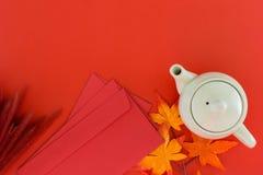 Pote del té de los accesorios de la visión superior y sobre rojo para nuevo YE chino Imágenes de archivo libres de regalías