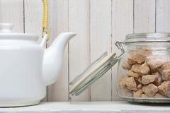 Pote del té y azúcar natural Imágenes de archivo libres de regalías