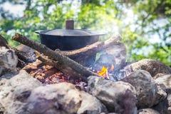 Pote en el fuego entre las rocas Foto de archivo
