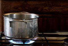 Pote en estufa en la llama del gas - HDR Imagen de archivo