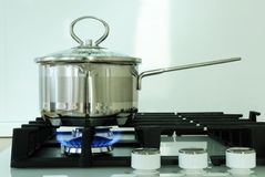 Pote en la estufa de gas en cocina Imágenes de archivo libres de regalías