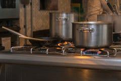 Pote en la estufa de gas en la cocina Imagen de archivo