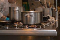 Pote en la estufa de gas en la cocina Fotos de archivo libres de regalías