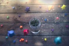 Pote en un tarro de cristal con las estrellas coloridas Imagen de archivo