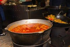 Pote grande de sopa picante en el festival al aire libre de la comida Fotos de archivo