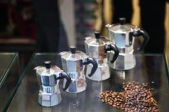 Pote metálico italiano del café de la moca del fabricante de café para hacer espres imagen de archivo libre de regalías