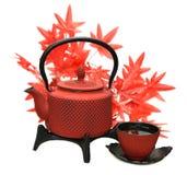 Pote rojo del té con la taza y las hojas de arce Imagenes de archivo