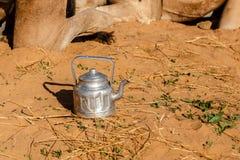 Pote tradicional del té del Tuareg en desierto del Sáhara fotografía de archivo libre de regalías