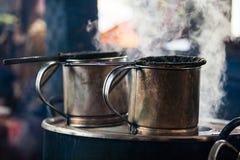 Pote viejo del acero inoxidable y agua caliente de ebullición en Laos co antiguo Fotografía de archivo