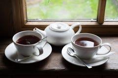 Pote y azúcar de la taza de té en la tabla de madera Imagen de archivo