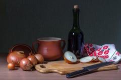 Pote y cebollas de arcilla Fotografía de archivo libre de regalías