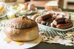 Pote y salchicha del pan en la tabla fotos de archivo libres de regalías