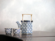Pote y tazas ingleses del té en la tabla Fotos de archivo