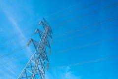 Poteau à haute tension avec le fond de ciel bleu, ligne de transmission électrique système pour de grands ensembles industriels photo stock