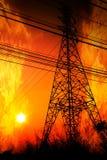 Poteau à haute tension avec un burning de flamme Image stock