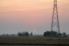 Poteau à haute tension, tour à haute tension avec le fond de coucher du soleil de ciel photo libre de droits