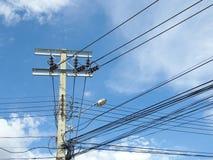 Poteau électrique avec des câbles de ligne électrique Photographie stock