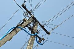 Poteau électrique avec des lignes Images libres de droits