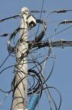 Poteau électrique avec des lignes des câbles Photos libres de droits