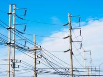 Poteau électrique avec le ciel bleu Image stock