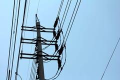 Poteau électrique avec le ciel bleu Photos libres de droits