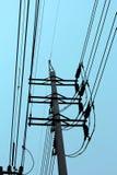 Poteau électrique avec le ciel bleu Photo stock