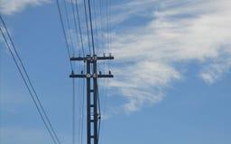 Poteau électrique avec le ciel et les nuages Photos libres de droits