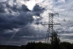 Poteau électrique avec le ciel foncé et avec le faisceau de lumière images libres de droits