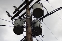 Poteau électrique avec un bon nombre de câbles photo stock