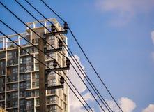 Poteau électrique, câble électrique et ciel bleu Images stock