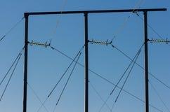 Poteau électrique contre un ciel bleu Photographie stock