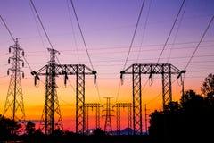 Poteau électrique, courrier à haute tension et ciel image stock