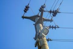 Poteau électrique dans les fonds bleus photos libres de droits