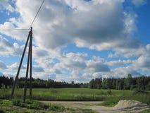 Poteau électrique debout isolé sur une route de campagne images libres de droits