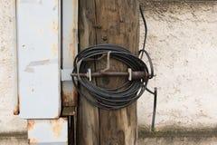 Poteau électrique en bois avec les fils et la boîte de jonction grise en métal Photo libre de droits