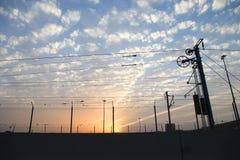 Poteau électrique en métal d'approvisionnement de station de train avec les fils électriques Images stock