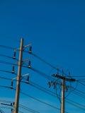 Poteau électrique, fond bleu photographie stock libre de droits