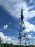 Poteau électrique sur le ciel bleu Photo libre de droits