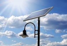 Poteau actionné solaire de lampe image stock