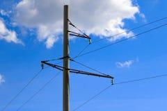 Poteau concret de ligne électrique sur le fond de ciel bleu avec des nuages Photos stock