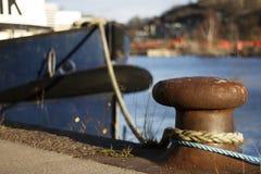 Poteau d'amarrage avec le bateau accouplé Photos libres de droits