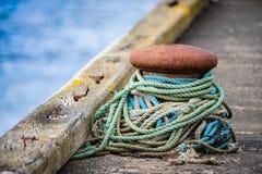 Poteau d'amarrage d'amarrage avec des cordes photos stock