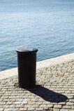 Poteau d'amarrage de bord du quai Images libres de droits
