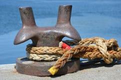 Poteau d'amarrage de port photographie stock