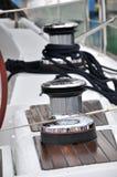 Poteau d'amarrage et corde sur le yacht Images libres de droits