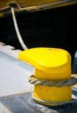 Poteau d'amarrage et ligne d'amarrage Images libres de droits