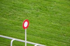 Poteau d'arrivée sur la voie de course de chevaux photographie stock libre de droits