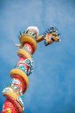 Poteau de dragon en ciel bleu Image libre de droits